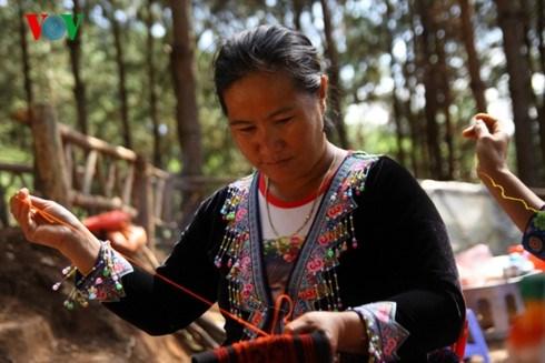 Le tissage de brocatelles a Moc Chau, veritable heritage culturel hinh anh 1