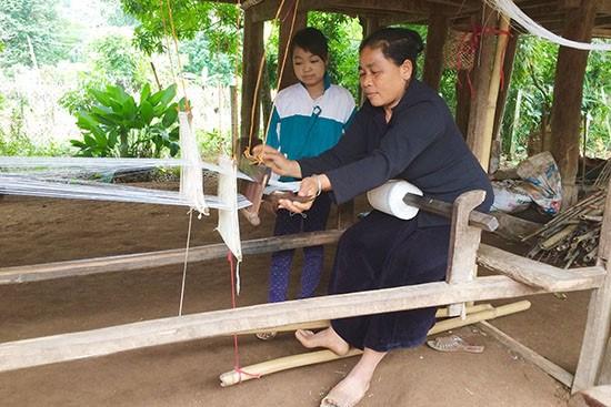 Le tissage de brocatelles a Moc Chau, veritable heritage culturel hinh anh 2