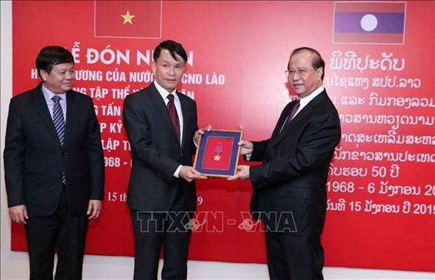 Remise de l'Ordre d'Itsara du Laos a l'Agence vietnamienne d'information hinh anh 1