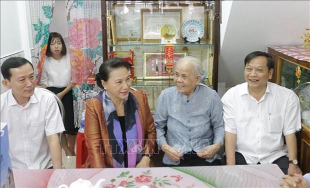 Tet: la presidente de l'AN offre des cadeaux aux habitants de Can Tho hinh anh 1