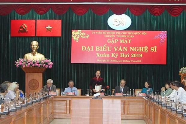 La presidente de l'AN assiste au programme ''Tet de la retrouvaille'' a Binh Duong hinh anh 2