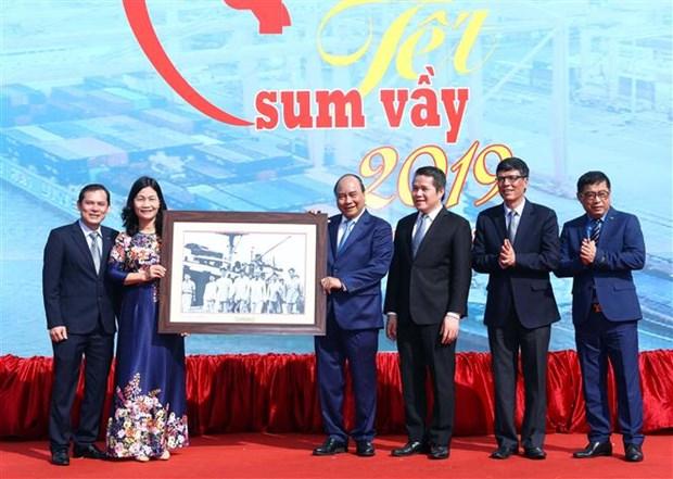 Le Premier ministre Nguyen Xuan Phuc salue les apports des ouvriers hinh anh 1