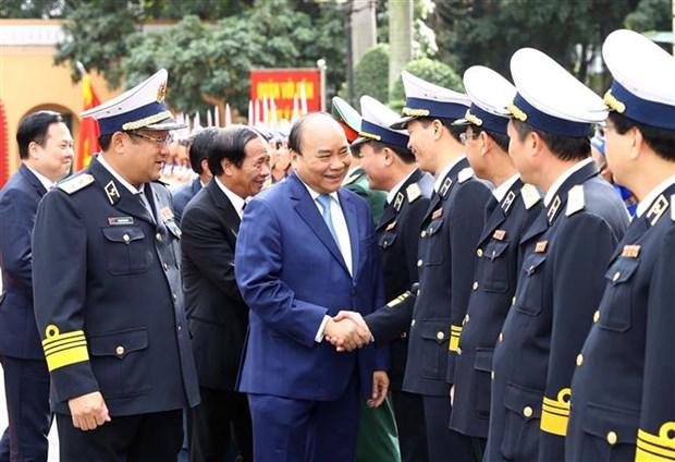 Le Premier ministre rend visite au commandement de la Marine hinh anh 1