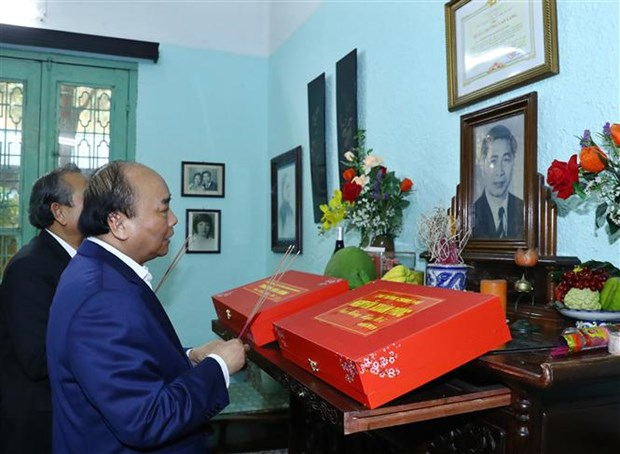 Le PM Nguyen Xuan Phuc rend hommage a d'anciens dirigeants hinh anh 3
