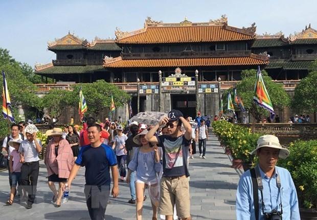 Environ 25.000 touristes visitent Hue lors du premier jour du Tet du Cochon hinh anh 1