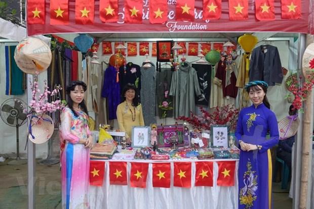 Le Vietnam presente des produits artisanaux et des vetements traditionnels au Bangladesh hinh anh 1