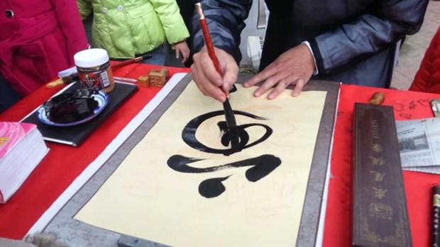 Demander une calligraphie, une coutume des Vietnamiens pendant le Tet hinh anh 3