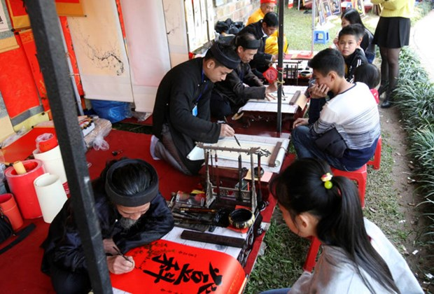 Demander une calligraphie, une coutume des Vietnamiens pendant le Tet hinh anh 2