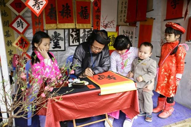 Demander une calligraphie, une coutume des Vietnamiens pendant le Tet hinh anh 1