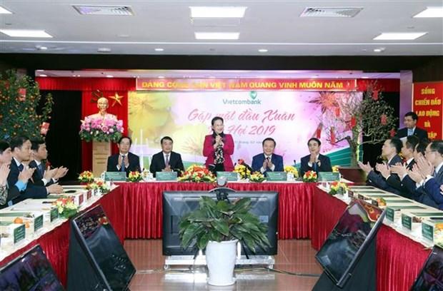 La presidente de l'Assemblee nationale rend visite a Vietcombank hinh anh 1