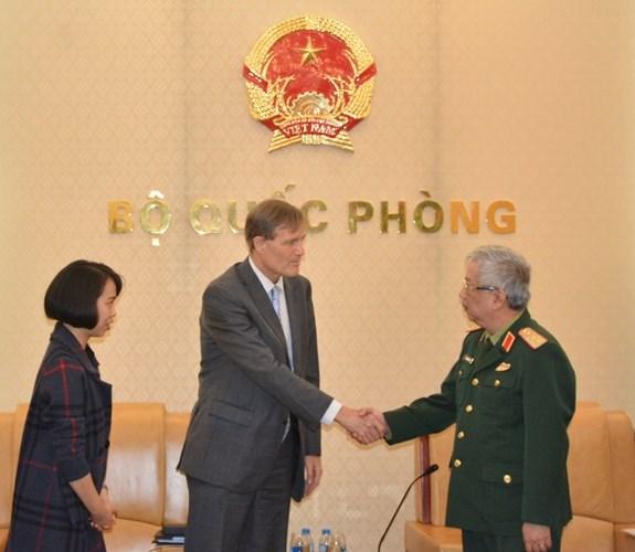 Le vice-ministre de la Defense Nguyen Chi Vinh recoit le directeur de l'USAID Vietnam hinh anh 1