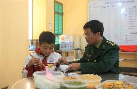 Les gardes-frontieres aident les enfants pauvres a acceder a l'education hinh anh 1