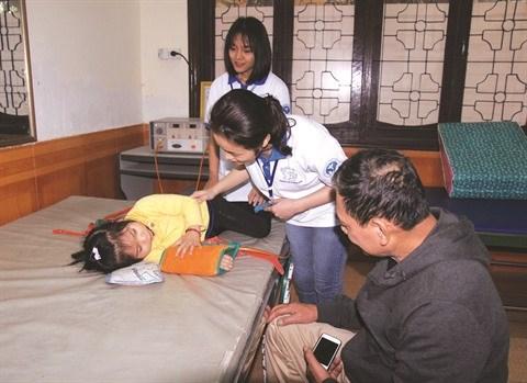 Des jeunes volontaires en blouse blanche a Vinh hinh anh 1