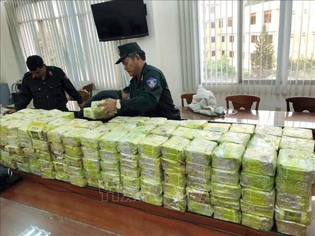 Quatre personnes d'un reseau transnational de drogue arretees hinh anh 1