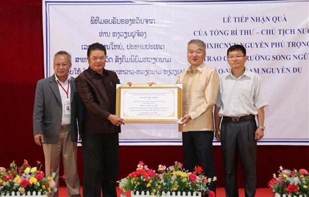 Remise de cadeaux du dirigeant Nguyen Phu Trong a une ecole au Laos hinh anh 1