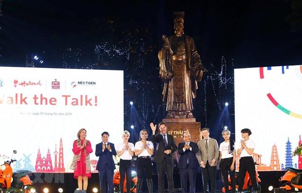 Les deux PM vietnamiens et neerlandais participent a un defile de mode durable hinh anh 1