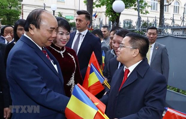Le PM Nguyen Xuan Phuc rencontre la communaute des Vietnamiens en Roumanie hinh anh 1