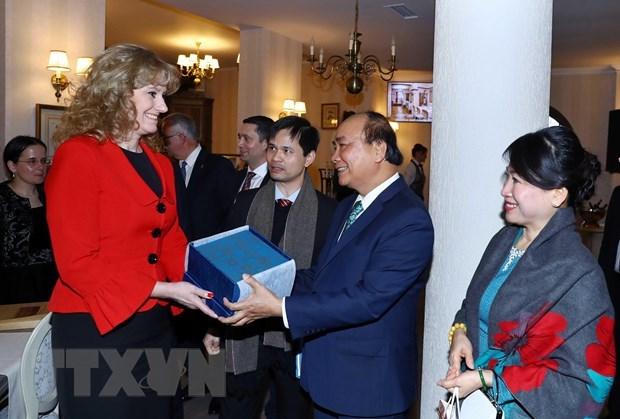 Le PM Nguyen Xuan Phuc veut renforcer la cooperation decentralisee avec la Roumanie hinh anh 1