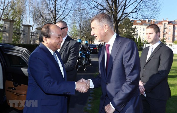 La ceremonie d'accueil officielle du Premier ministre Nguyen Xuan Phuc a Prague hinh anh 1