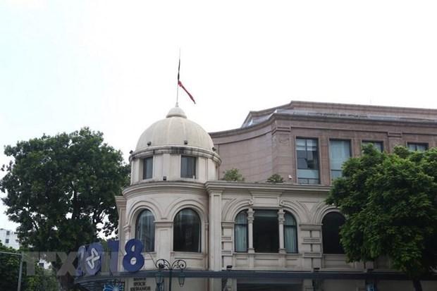 Deuil national : les drapeaux a mi-mat en memoire de l'ancien president Le Duc Anh hinh anh 1