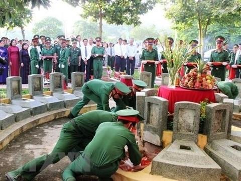 Quang Tri : inhumation des restes de 26 volontaires vietnamiens tombes au Laos  hinh anh 1