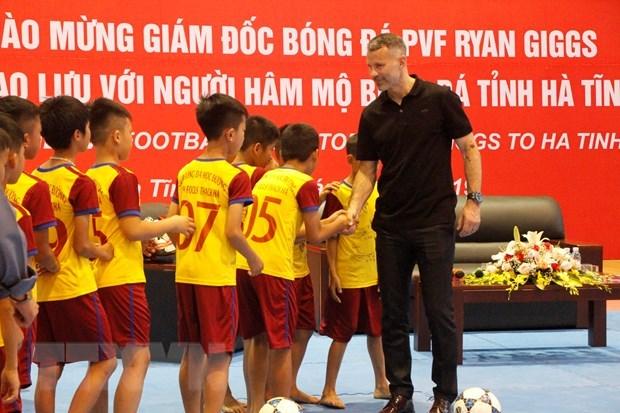 L'ex-capitaine de MU Ryan Giggs rencontre des footballeurs en herbe a Ha Tinh hinh anh 1