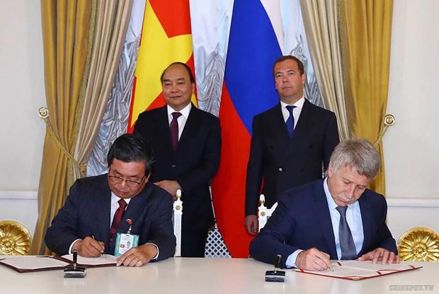 Les PM vietnamien et russe saluent les resultats de leur entretien hinh anh 1