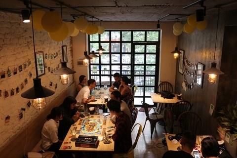 A Hanoi, deux cafes proposent des jeux de societe hinh anh 3