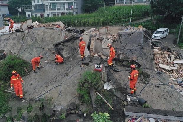 Le PM Nguyen Xuan Phuc exprime ses condoleances aux sinistres chinois hinh anh 1