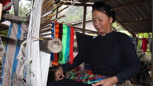 Hanoi: decouvrir le tissage traditionnel au Village culturel et touristique des ethnies du Vietnam hinh anh 1