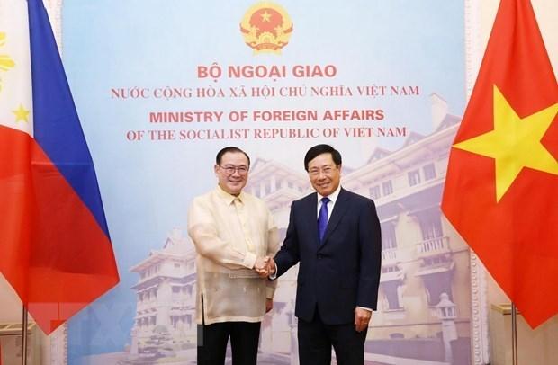 Les chefs de la diplomatie vietnamien et philippin s'entretiennent a Hanoi hinh anh 1