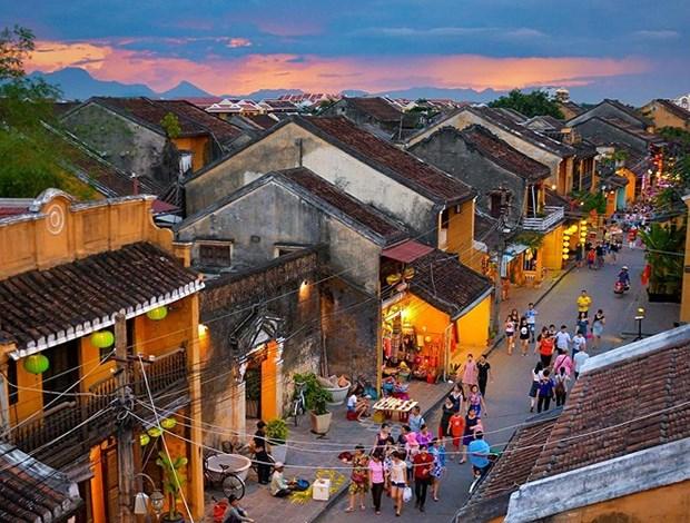 Les jeunes vietkieus decouvrent le vieux quartier de Hoi An hinh anh 1