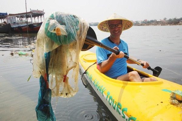Les touristes jouent les nettoyeurs a Hoi An hinh anh 1
