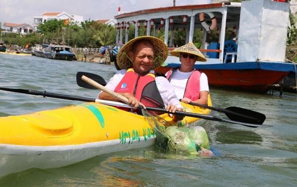 Les touristes jouent les nettoyeurs a Hoi An hinh anh 2