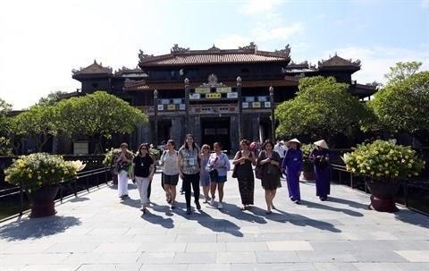 Plus de 9,79 millions de touristes etrangers au Vietnam en sept mois hinh anh 1