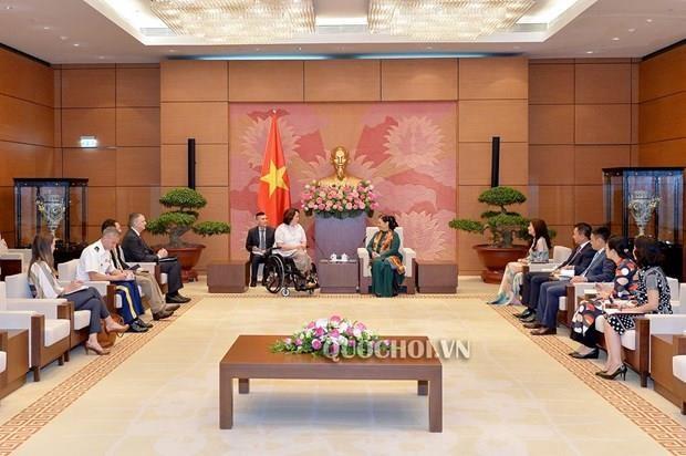 La vice-presidente de l'AN Tong Thi Phong recoit la senatrice americaine Tammy Duckworth hinh anh 1