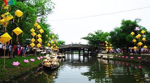 Le marche nocturne de Hue et son celebre pont hinh anh 1