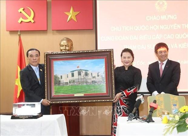 La presidente de l'AN rencontre des Vietnamiens en Thailande hinh anh 1