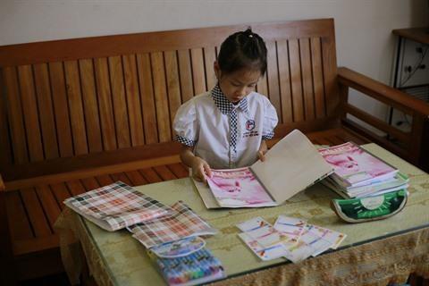 Les ecoliers troquent la couverture plastique contre l'emballage papier hinh anh 1