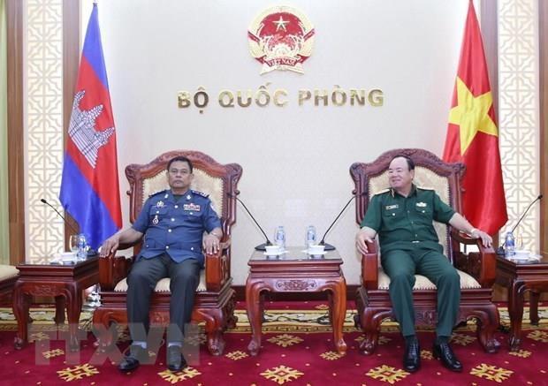 Le chef d'etat-major adjoint recoit un officier de l'Armee royale du Cambodge hinh anh 1