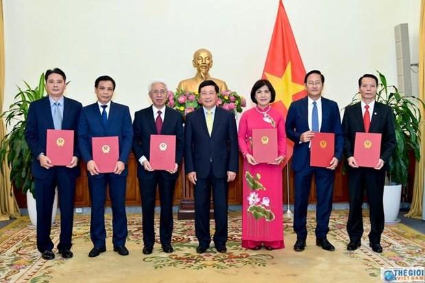 Le chef de l'Etat nomme six nouveaux ambassadeurs hinh anh 1