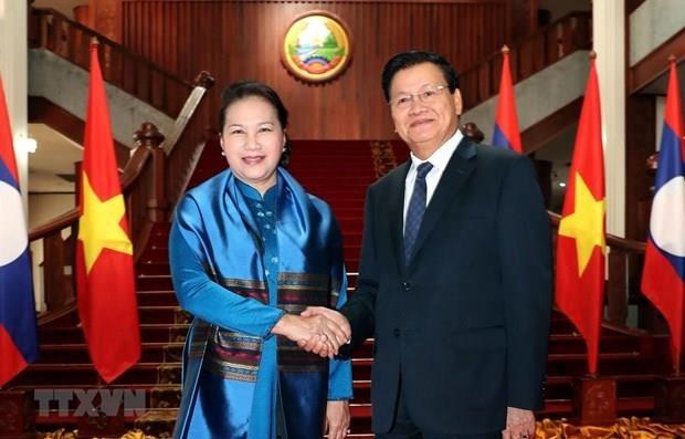 La presidente de l'Assemblee nationale du Vietnam rencontre le Premier ministre lao hinh anh 1