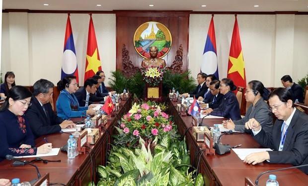 Les plus hautes legislatrices vietnamienne et lao s'entretiennent a Vientiane hinh anh 1