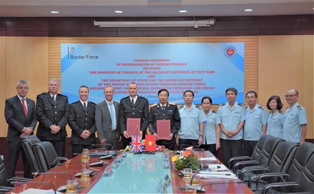 Les douanes vietnamiennes et la force frontaliere britannique scellent leur cooperation hinh anh 1