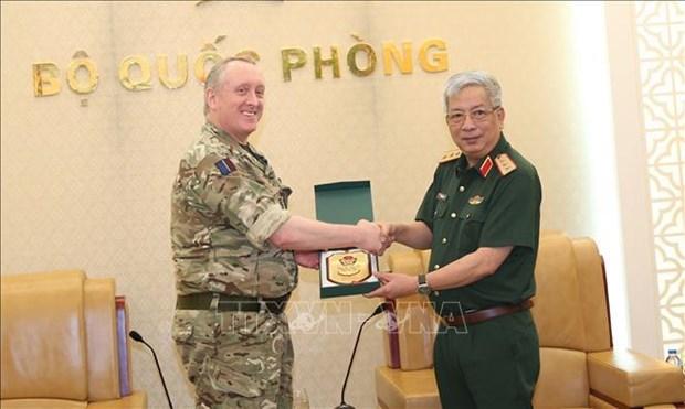 Des attaches militaires britanniques recus a Hanoi hinh anh 1
