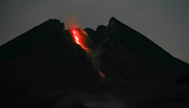 Indonesie : Un volcan fait irruption et delenche une alerte aerienne hinh anh 1