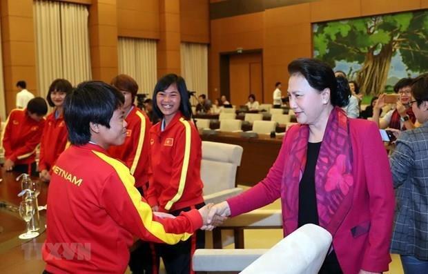 La presidente de l'Assemblee nationale rencontre des footballeuses nationales hinh anh 1