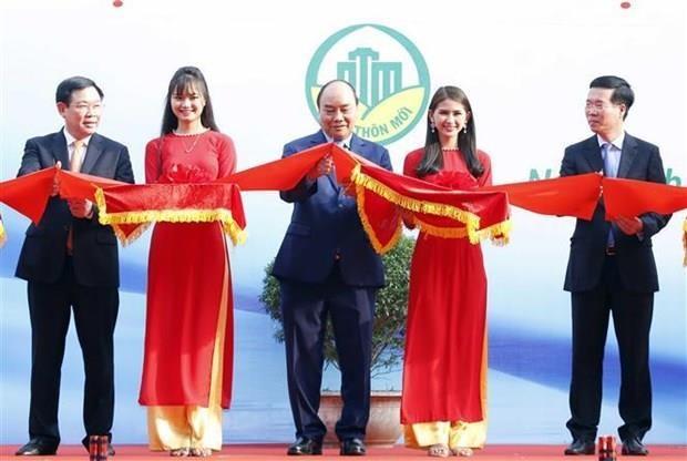 Le PM Nguyen Xuan Phuc assiste a une exposition sur la nouvelle ruralite hinh anh 1