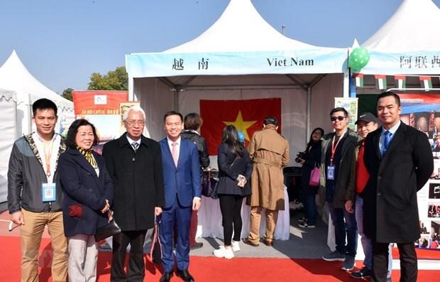 Le Vietnam participe au 11e Bazar international de charite a Pekin hinh anh 1