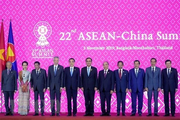 Le PM Nguyen Xuan Phuc au 22e Sommet ASEAN-Chine hinh anh 1